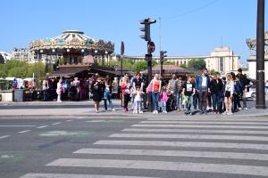 Cross jalan kat traffic light ni. Pegang beg kuat2.