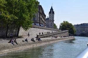 Sepanjang tepi sungai ni memang ramai yang lepak sambil lunch.