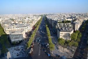 Champs Elysees... Jalan yang paling glamer untuk mereka yang suka shopping.
