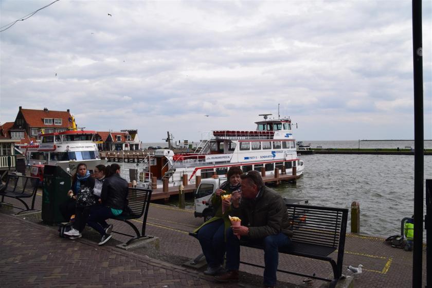 menikmati seafood ditepi pelabuhan